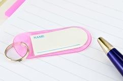 Schlüsselkette mit Platz für Text und blaue Feder Lizenzfreies Stockbild