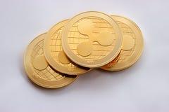 Schlüsselkräuselung mit vier virtuelle digitale Goldmünzen Lizenzfreie Stockbilder