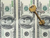 Schlüssellegen auf Dollar Lizenzfreie Stockfotos