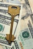 Schlüssellegen auf 100 Dollar Lizenzfreie Stockbilder