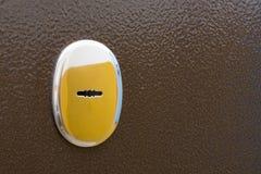 Schlüsselloch in der Metalleinstiegstür stockfotos
