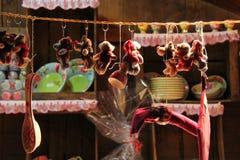 Schlüsselringe und Weihnachtsdekorationen werden verkauft am Weihnachtsmarkt von Vierzon (Frankreich) stockbild