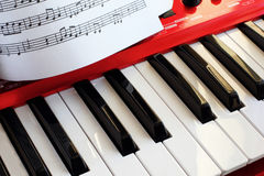 Schlüsselsynthesizer und Musikblatt Stockfotografie