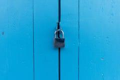 Schlüsselverschluß und blaue Holztür Lizenzfreie Stockfotos