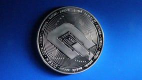 Schlüsselwährung bitcoin auf blauem Glashintergrund stock video