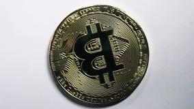 Schlüsselwährung bitcoin auf weißem Hintergrund stock video footage