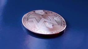 Schlüsselwährung monero auf blauem Hintergrund stock video