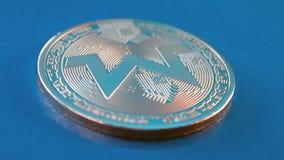 Schlüsselwährung monero auf blauem Hintergrund stock video footage