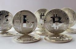 Schlüsselwährungen bitcoin und litecoin auf einem weißen Hintergrund Lizenzfreie Stockfotos