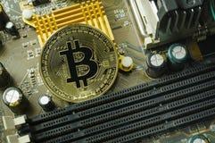 Schlüsselwährungs-, bitcoin- und Computergebührenfinanzierung Stockfotos
