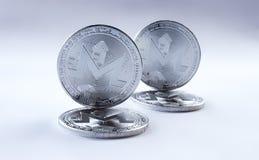 Schlüsselwährungssilber monero auf grauem Hintergrund Lizenzfreies Stockbild