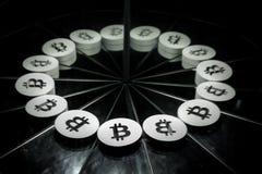 Schlüsselwährungszeichen Bitcoin auf Spiegel und im Rauche umfasst lizenzfreie stockfotos