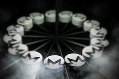 Schlüsselwährungszeichen Monero auf Spiegel und im Rauche umfasst stockfoto