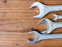 Schlüsselwerkzeug auf hölzernem Hintergrund Stockfotos