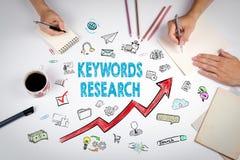 Schlüsselwort-Forschungs-Geschäfts-Konzept Die Sitzung am weißen Bürotisch Lizenzfreies Stockfoto