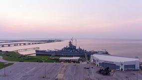 Schlachtschiff USSs Alabama bei Sonnenaufgang lizenzfreies stockfoto
