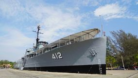 Schlachtschiffmonument Luang Prasae der königlichen thailändischen Marine bei Paknam Prasae in Rayong, Thailand stock video footage