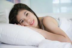 Schlaf der jungen Frauen auf Bett stockbilder