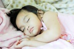 Schlaf des kleinen Mädchens Lizenzfreie Stockfotografie