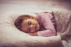 Schlaf ist für einen wachsenden Verstand wichtig stockfotos
