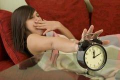 Schlaf, wacht mit Alarmuhr auf Stockfotos