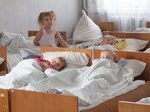 Schlafen auf Bettkindern Lizenzfreies Stockbild