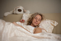 Schlafen auf dem Bettmädchen Lizenzfreies Stockbild