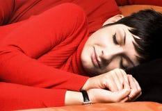 Schlafen auf der Couch Lizenzfreie Stockbilder