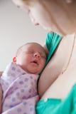 Schlafen auf Händen des Mutter Lizenzfreie Stockbilder