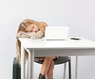 Schlafen am Büroschreibtisch Stockbild