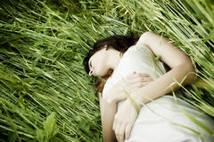 Schlafen über dem Gras Stockfotografie