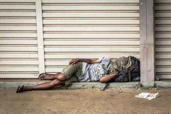 Schlafen der heimatlosen Person Lizenzfreie Stockfotos
