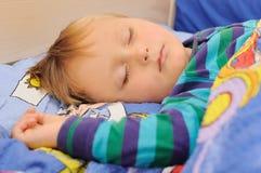 Schlafen des kleinen Jungen Lizenzfreies Stockfoto