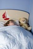 Schlafen des kleinen Jungen Stockfotos