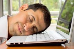 Schlafen glücklich über dem Laptop Stockfoto