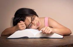 Schlafen mit großem Buch Stockbild