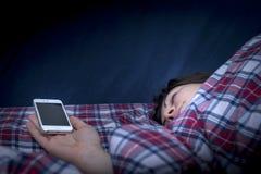 Schlafen mit Smartphone Lizenzfreies Stockfoto