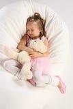 Schlafen mit Teddybären Stockfotos