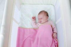Schlafen neugeboren in der Reisekrippe Lizenzfreie Stockbilder