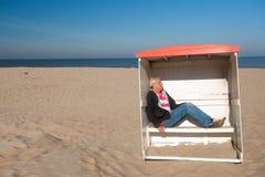 Schlafen am ruhigen Strand Stockfotos