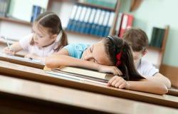 Schlafen am Schreibtisch Stockbild