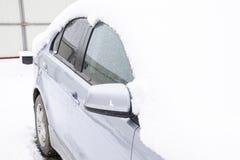 Schlafen Sie Nassschneeauto ein Schneefälle des Nassschnees Schnee, der auf dem Auto liegt Lizenzfreies Stockfoto