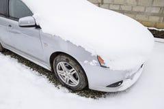 Schlafen Sie Nassschneeauto ein Schneefälle des Nassschnees Schnee, der auf dem Auto liegt Stockfotografie