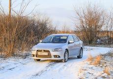 Schlafen Sie Nassschneeauto ein Schneefälle des Nassschnees Schnee, der auf dem Auto liegt Stockbilder
