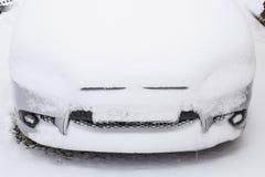 Schlafen Sie Nassschneeauto ein Schneefälle des Nassschnees Schnee, der auf dem Auto liegt Lizenzfreies Stockbild