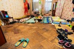 Schlafen und Bereich für Flüchtlinge in der vorübergehenden Wohnung für das Leben essend Lizenzfreie Stockfotos