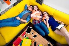 Schlafen und müde Studenten auf der Couch Lizenzfreies Stockfoto