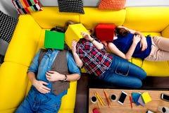 Schlafen und müde Studenten auf der Couch Stockfoto