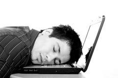 Schlafend auf seinem Laptop Lizenzfreie Stockbilder