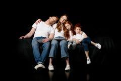 Schlafende Familie mit verschiedenen digitalen Geräten Stockfotos